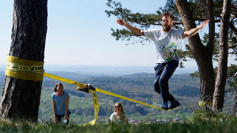 Στερεώστε τον ιμάντα σας ανάμεσα από 2 δέντρα (δείτε την προστασία για το δέντρο) και ξεκινήστε την ισορροπία! | www.lightgear.gr