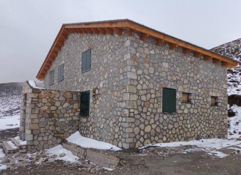 Το ανακατασκευασμένο καταφύγιο στο οροπέδιο Πρασούδι | www.lightgear.gr