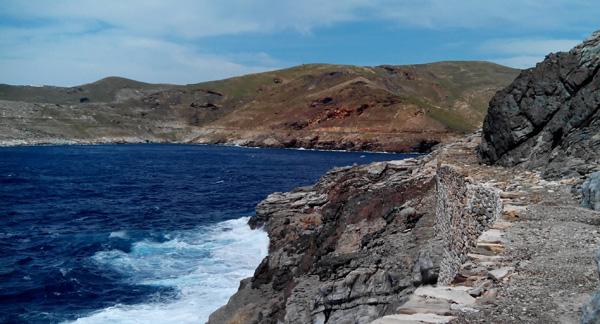 Μονοπάτι δίπλα στη θάλασσα δίπλα στα εγκαταλελλειμμένα μεταλλεία της Σερίφου | www.lightgear.gr