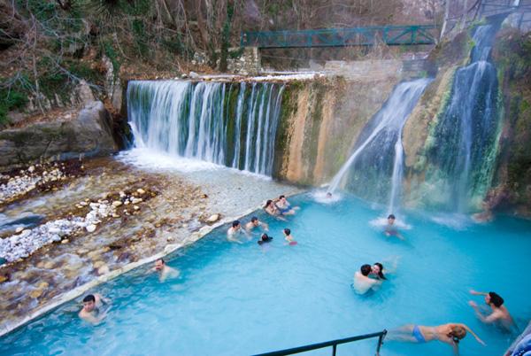 Άποψη των Λουτρών Πόζαρ (φωτ.: www.hotel-philippion.gr) | www.lightgear.gr