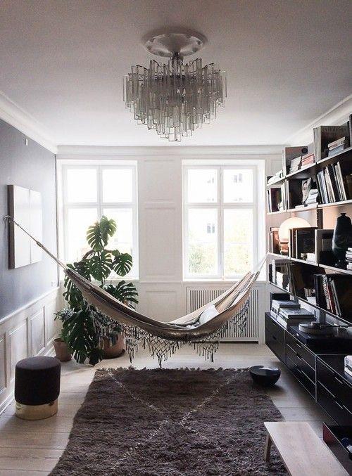 Αιώρα στο σαλόνι, δίπλα στα βιβλία και τη μουσική   www.lightgear.gr